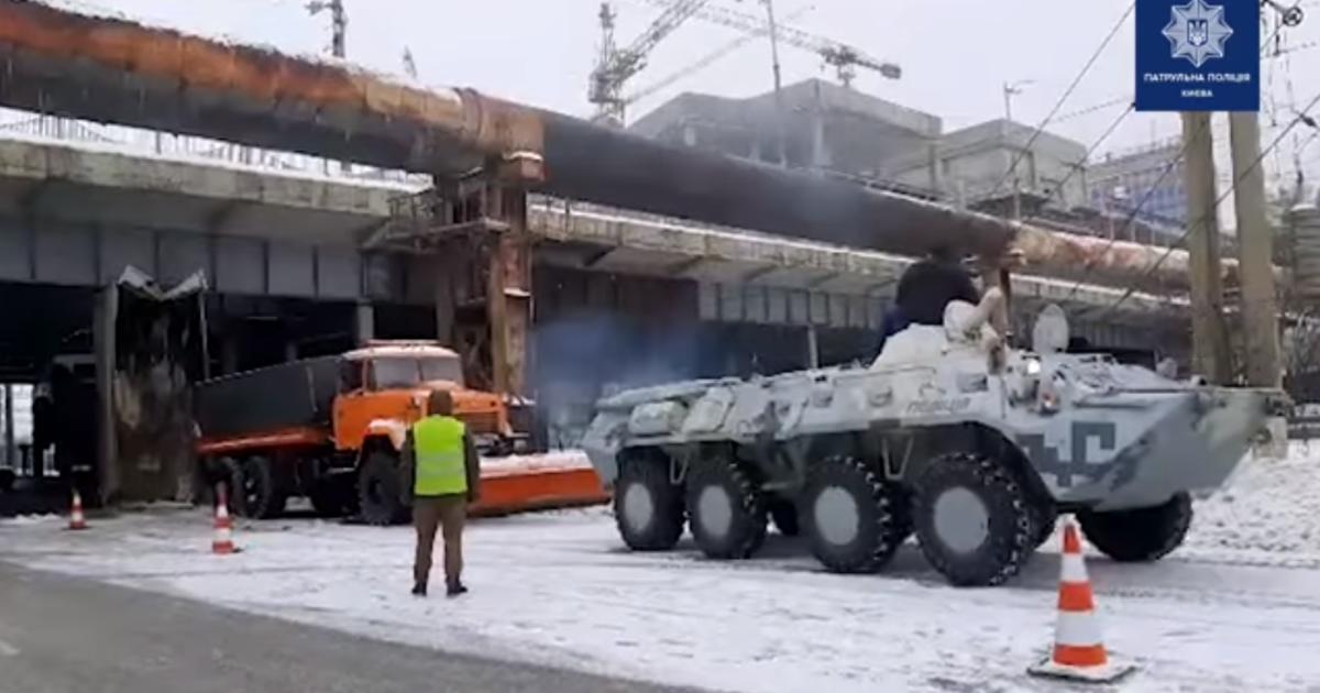 У Києві БТР звільняв застряглий на шляхопроводі самоскид: відео