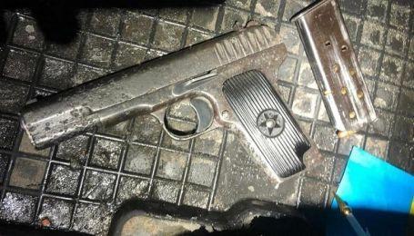 В Киеве на Кловском спуске остановили автомобиль с оружием