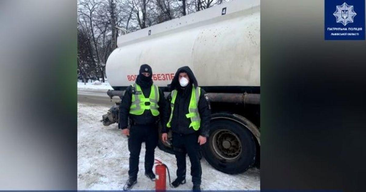 Во Львовской области посреди города у тягача с цистерной бензина взорвалось и загорелось колесо: видео