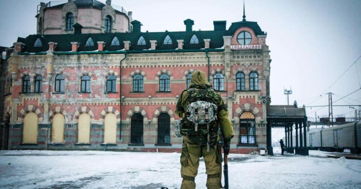 """В оккупированном Дебальцево поставили """"памятник"""" боевикам с фотографией украинского солдата"""