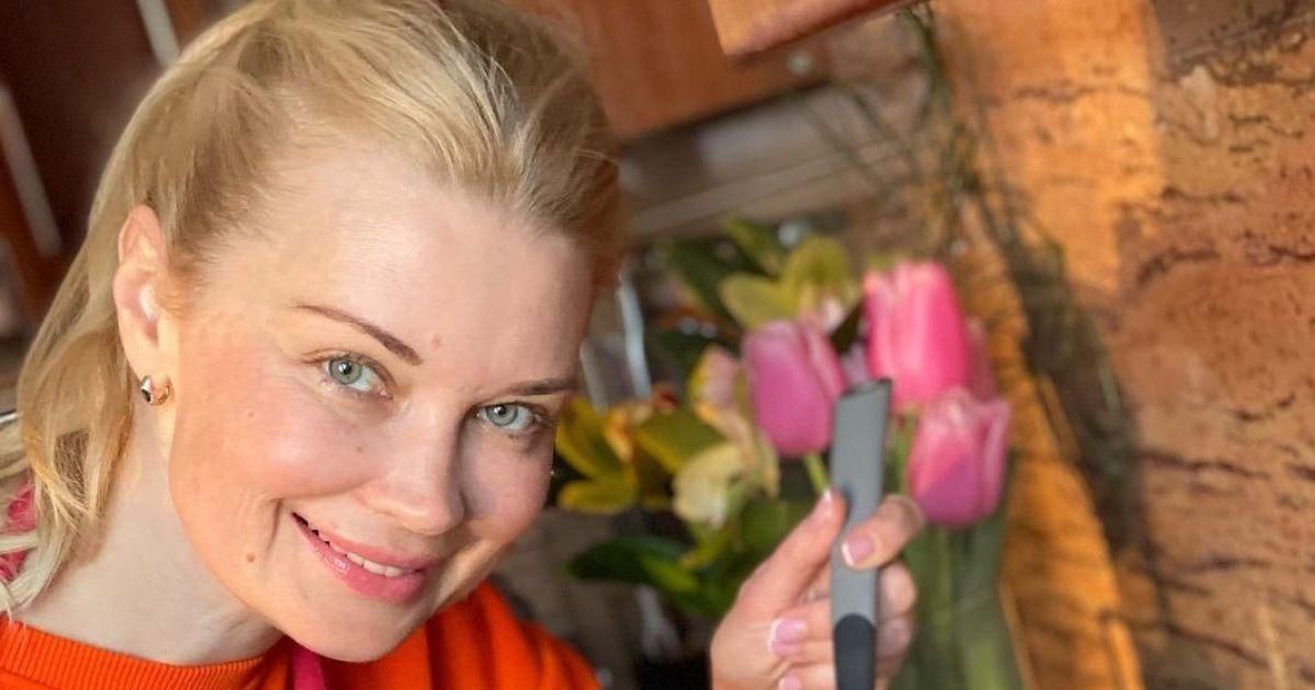 В мандариновом свитшоте и фартуке: Лидия Таран показала, как готовила узвар на кухне