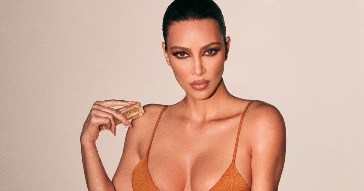 Ким Кардашян в бикини едва прикрыла пышную грудь миниатюрным лифом