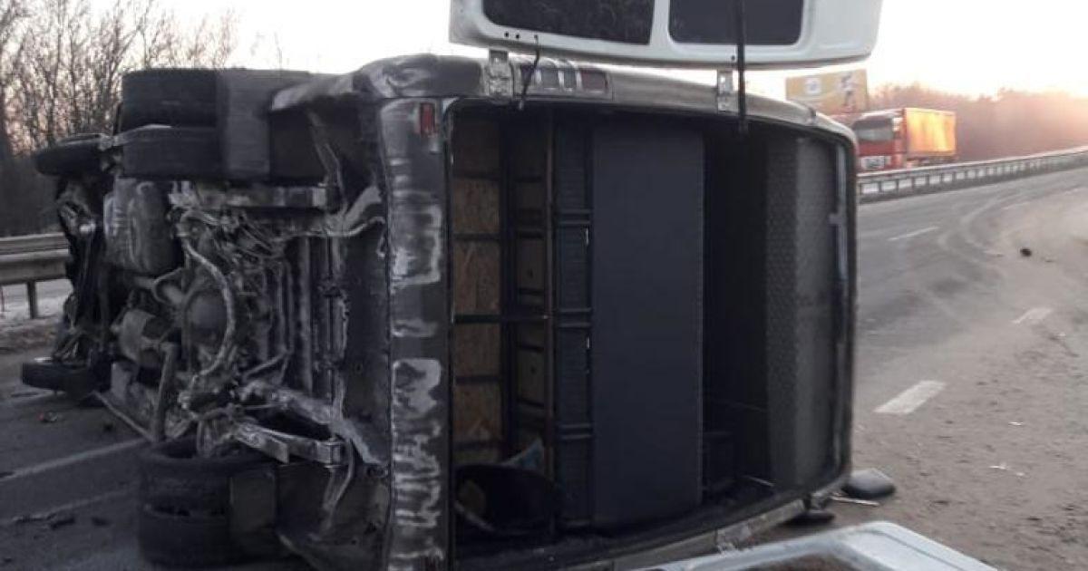 Влетела в отбойник: под Харьковом перевернулась маршрутка с пассажирами
