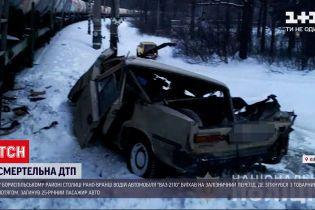 ДТП в Украине: на окраине Киева авто столкнулось с товарным поездом