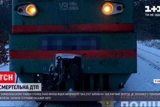 ДТП в Украине: в Киеве при столкновении авто с товарным поездом погиб человек
