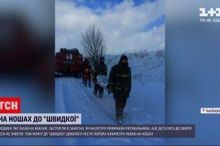 Новини України: у Львівській області рятувальники півтора кілометра несли пацієнтку на ношах