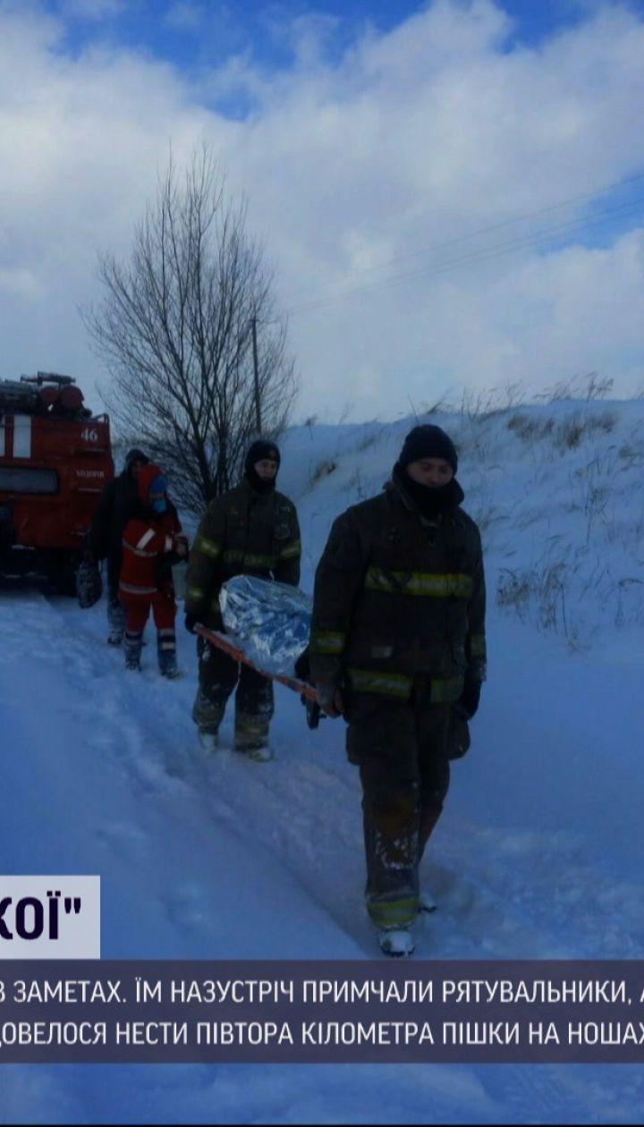 Новости Украины: во Львовской области спасатели полтора километра несли пациентку на носилках
