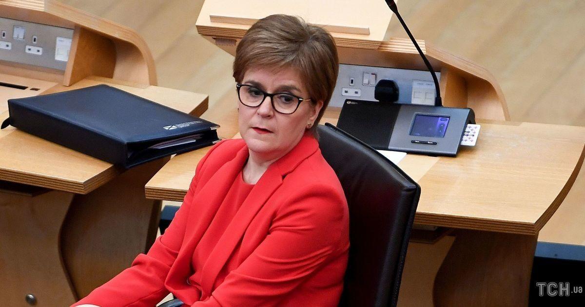 У всьому червоному: перша міністерка Шотландії продемонструвала гарні коліна