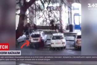 Новости Украины: в Одессе на стоянке супермаркета автомобиль копов наехал на пенсионерку