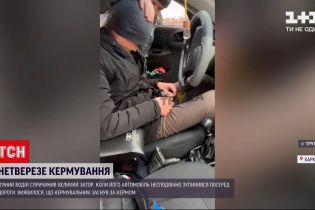 Новини України: у середмісті Харкова нетверезий водій заснув за кермом автомобіля
