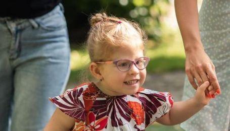 Кира перенесла пять операций на головном мозге и ей нужна реабилитация