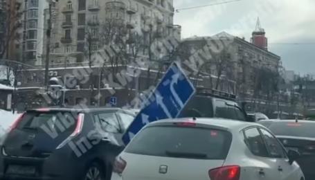 Висел на одном креплении и крутился: в центре Киева дорожный знак упал на дорогу и повредил две машины