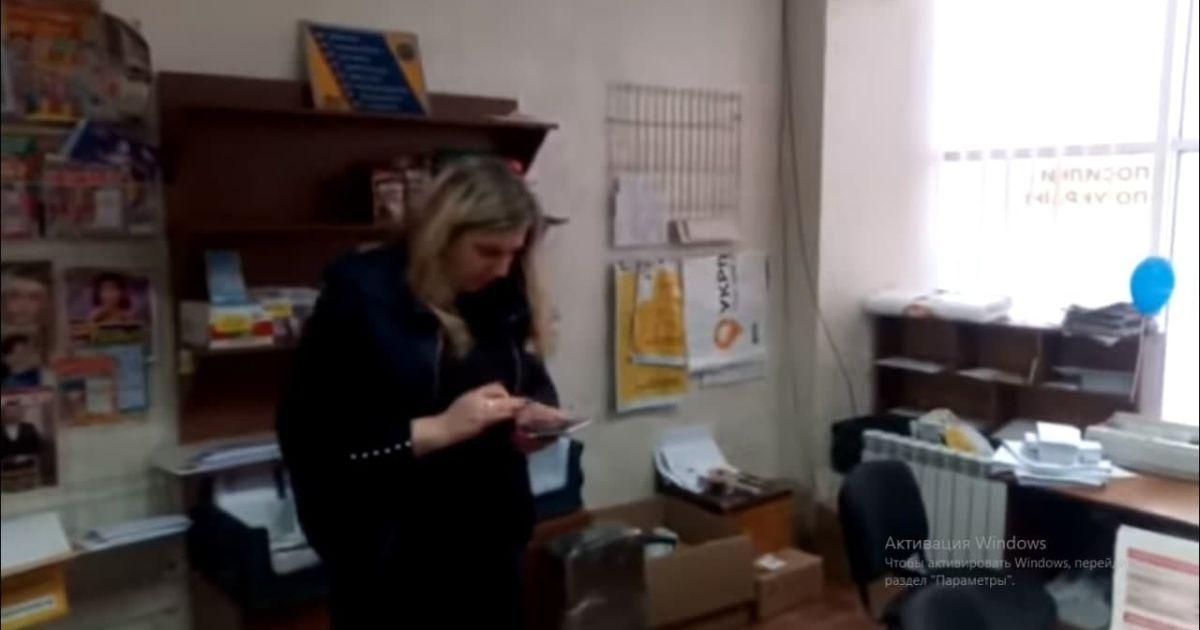 """""""Забула"""" українську та маску: гучний скандал на """"Укрпошті"""" закінчився звільненням (відео)"""