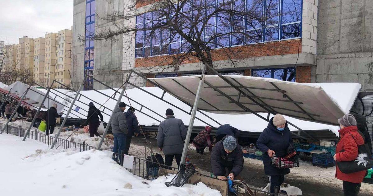 У Києві на стихійному ринку обвалився навіс та накрив торговців