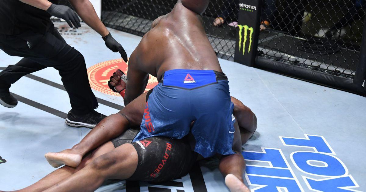 """""""Черный зверь"""" в действии: боец UFC нокаутировал соперника и повторил невероятный рекорд (видео)"""