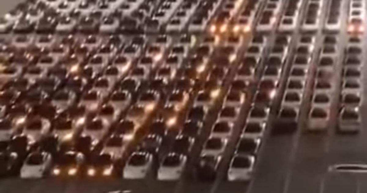 Наче світлове шоу: в Мережі з'явилося відео, як сотні електрокарів Tesla одночасно проходять оновлення