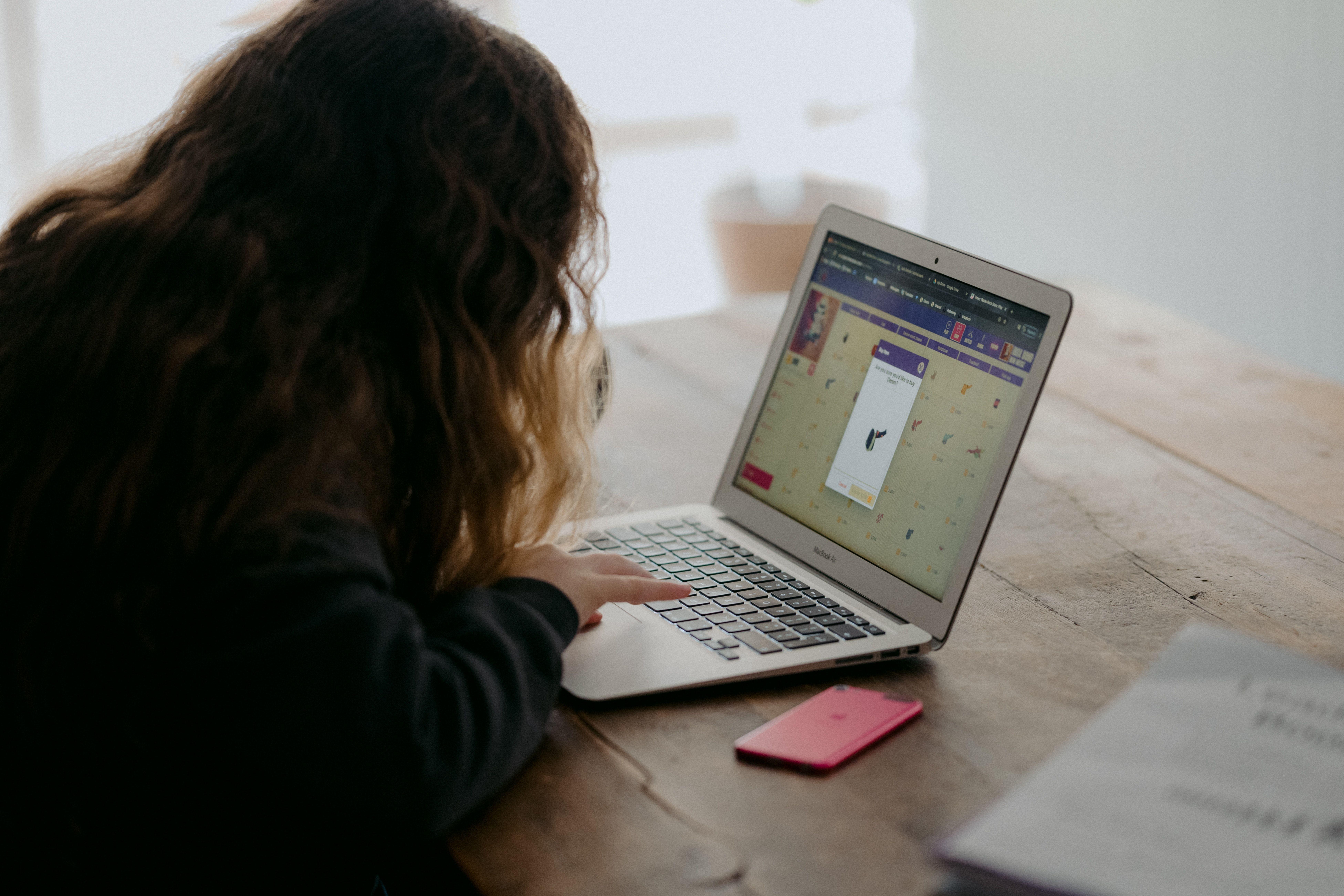 Небезпечні онлай-ігри, дитина за компьютером