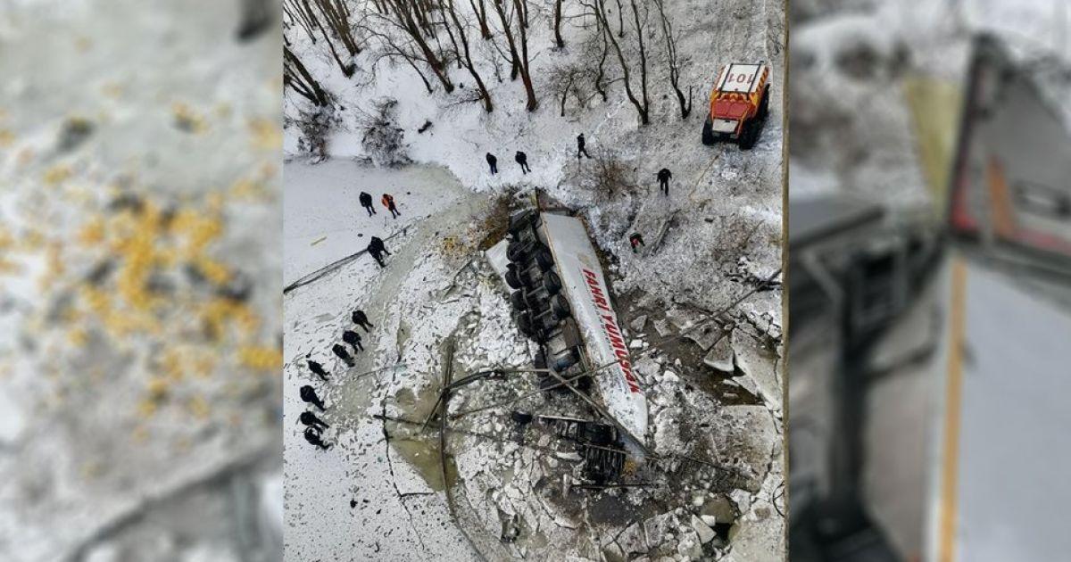 Вантажівка впала у річку з мосту поблизу Чернігова