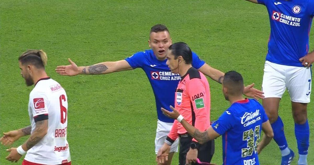 Курьез в Мексике: арбитр помешал забить в пустые ворота и разозлил футболистов (видео)