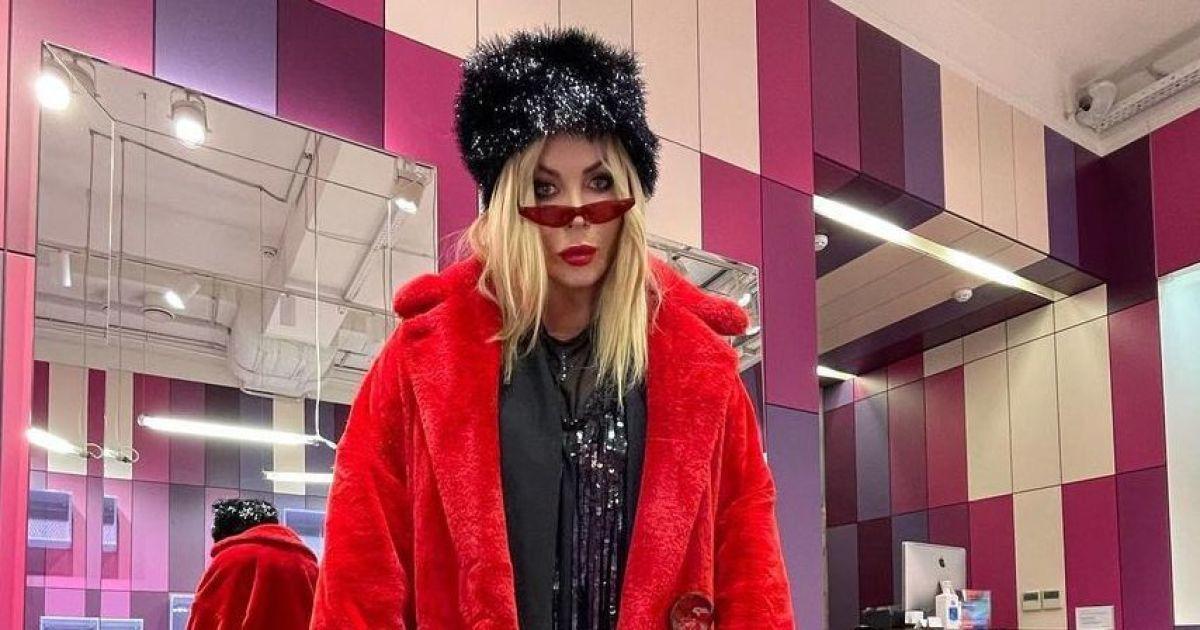 У червоній шубі та кросівках на екстремально високій підошві: Ірина Білик здивувала луком