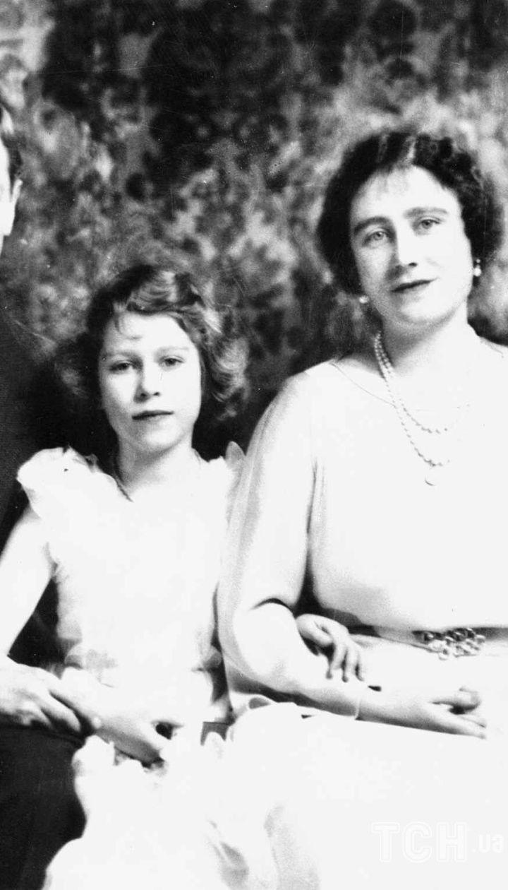 Елизавета Боуз-Лайон с родителями и сестрой