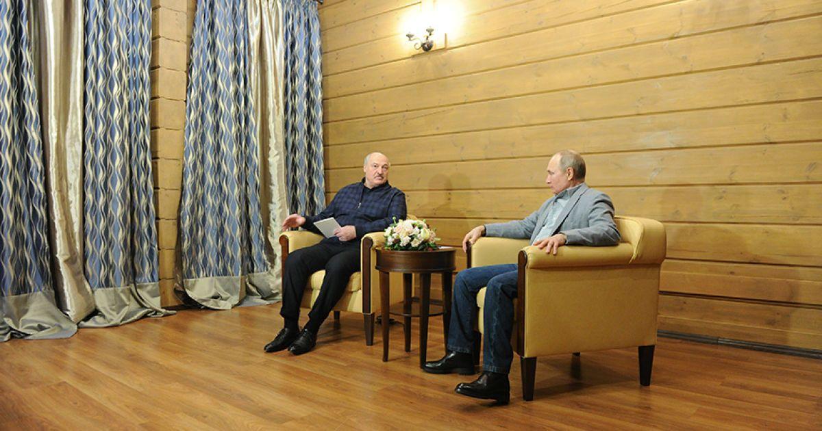 Конспектував схвальні оди Путіна: у Мережі показали, як Лукашенко на зустрічі уважно слухав главу Кремля
