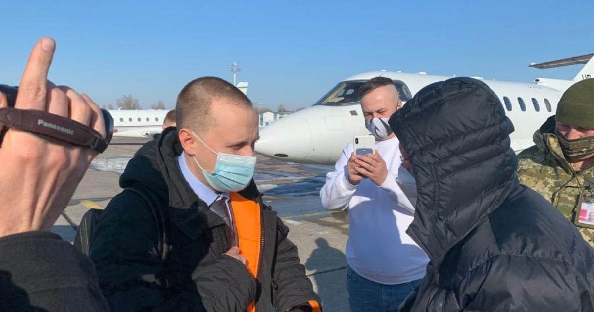 """Развернули самолет и объявили подозрение: детективы НАБУ задержали фигуранта дела """"ПриватБанка"""""""
