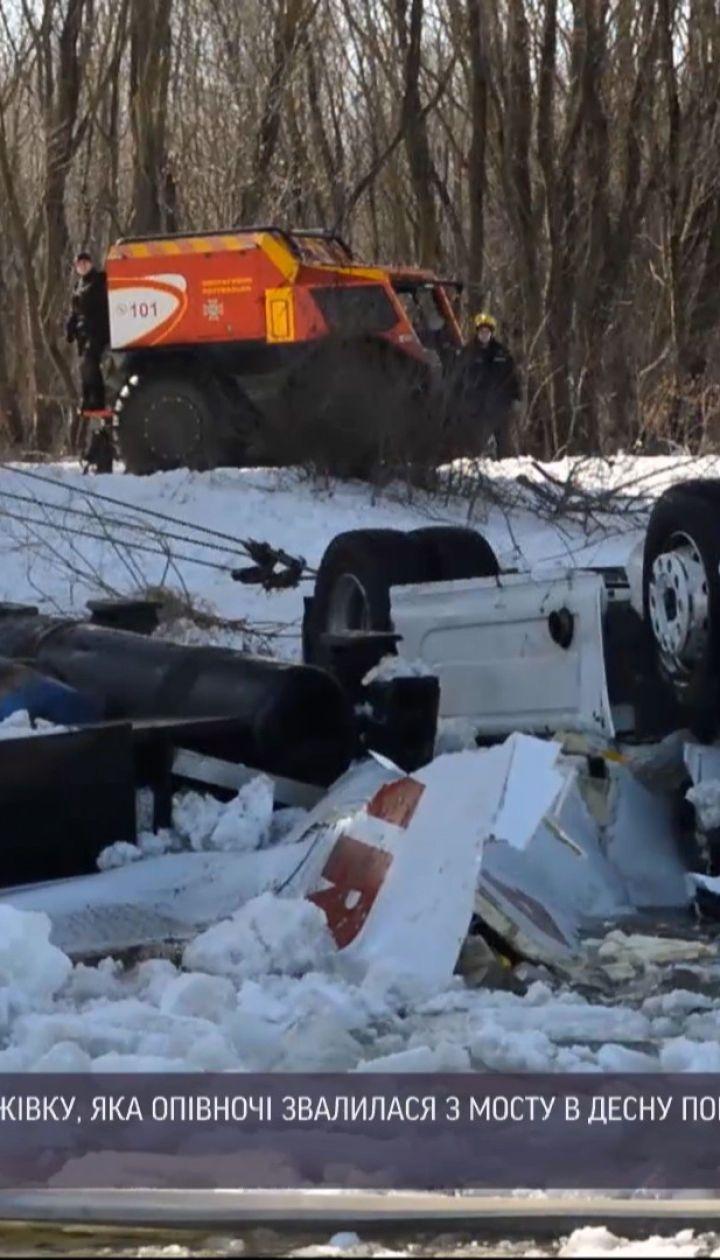 Новини України: тіло водія фури, яка впала в річку, шукали та діставали кілька годин