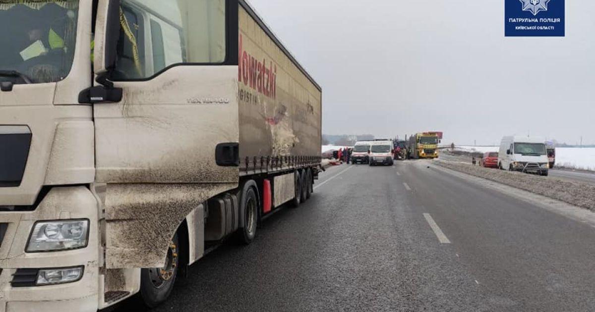 Під Києвом сталася автопригода за участю п'яти автівок, є загиблі та травмовані: фото, відео
