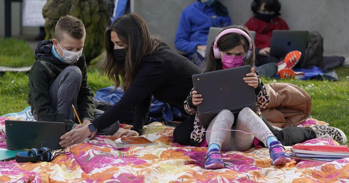 Небезпечні флешмоби у Мережі: як розповідають в школах про безпеку в Інтернеті