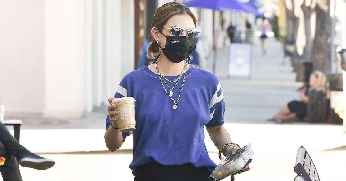 Сходила за кофе: Люси Хейл в уютном луке подловили в Лос-Анджелесе