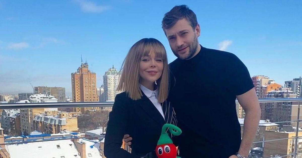 Алина Гросу и Роман Полянский обменялись кольцами с черным бриллиантом