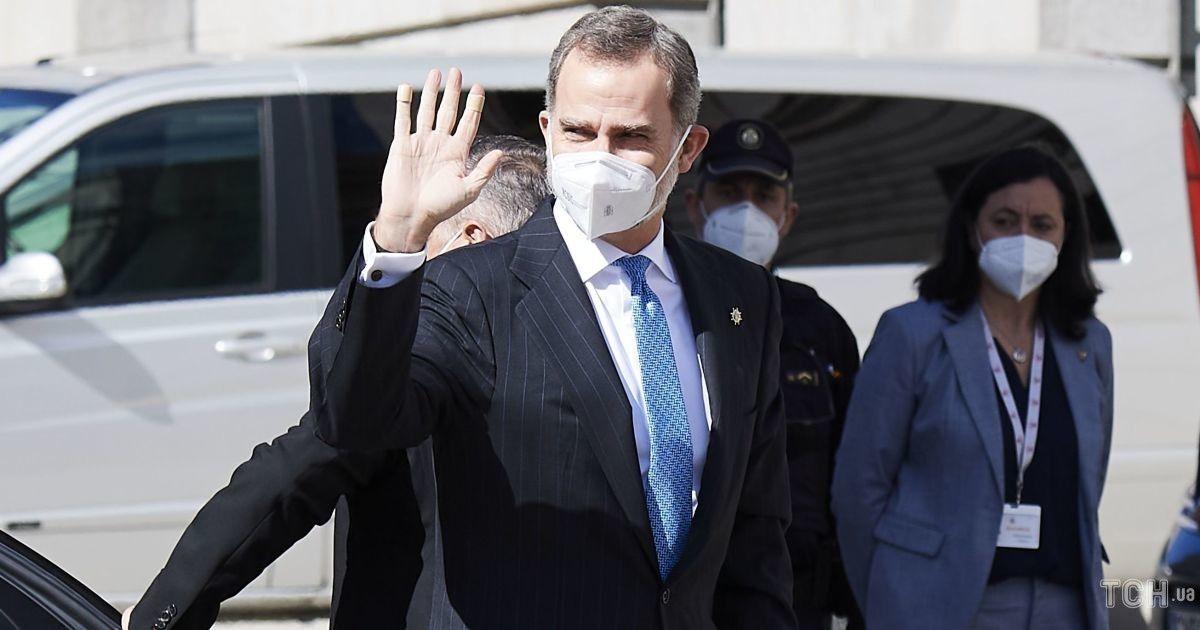 В костюме и с пластырем на пальцах: король Филипп VI на рабочем мероприятии