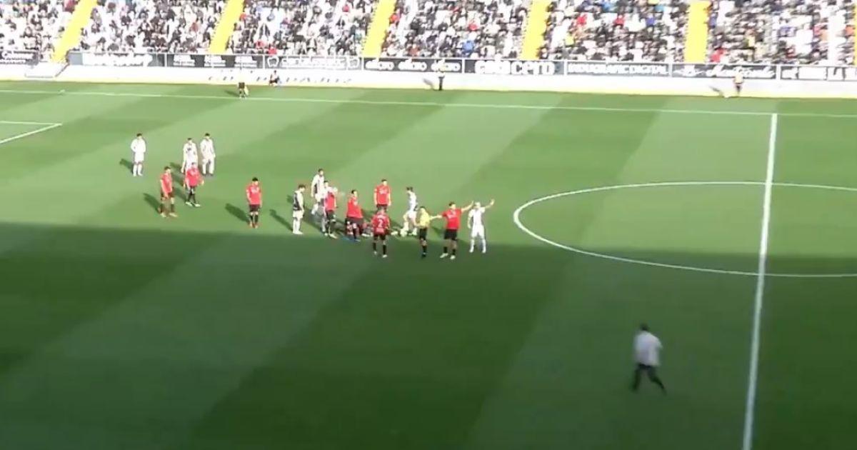 Стал героем матча: в Испании тренер помог игроку соперников после ужасного столкновения (видео)