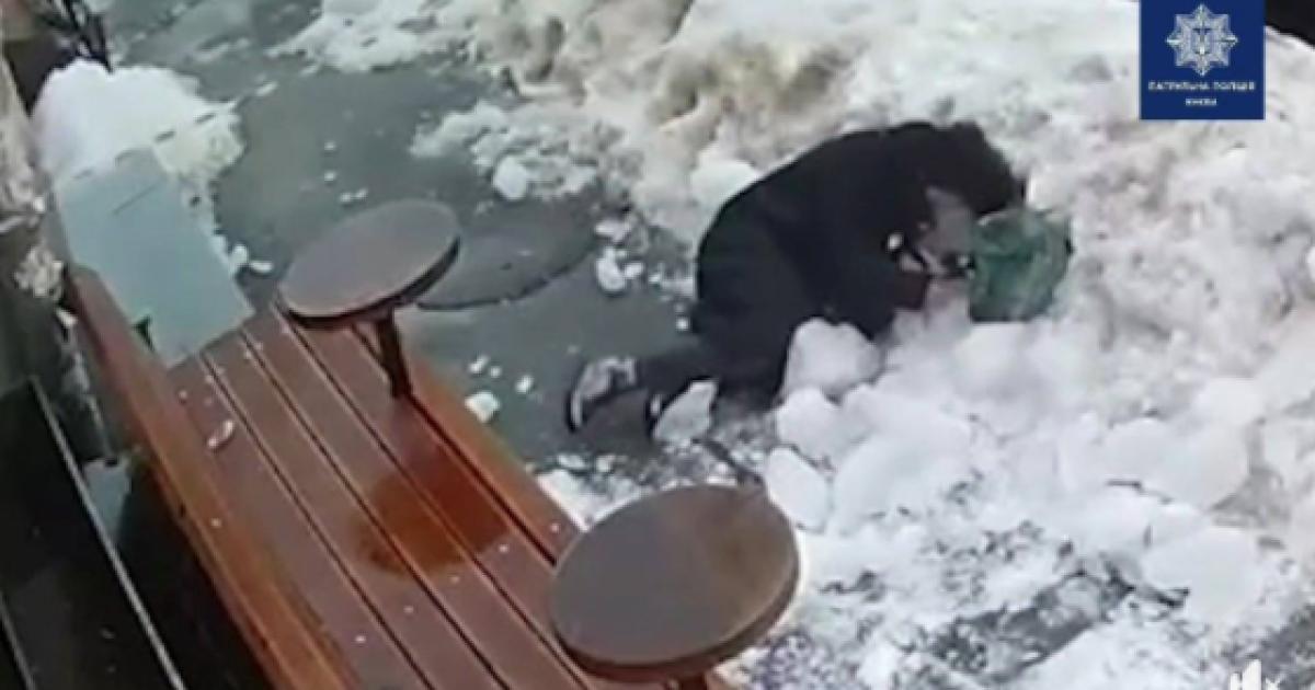 Появилось видео, как в центре Киева на женщину упала глыба льда с крыши дома