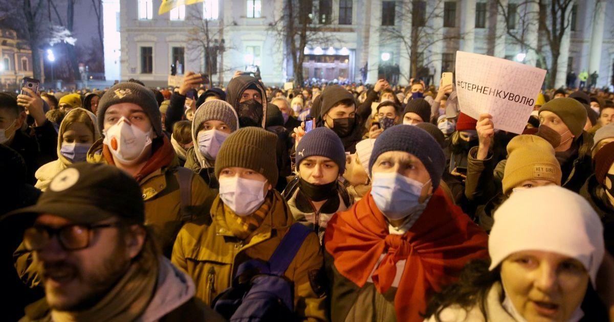 Арест Стерненко: у ОП — стычки и потасовки, в правоохранителей бросали зажженный файер