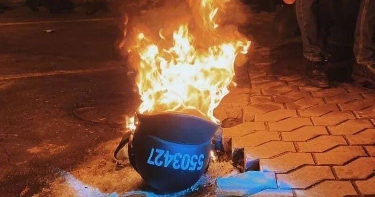 Протесты возле ОП: активисты сожгли отобранные у правоохранителей шлемы