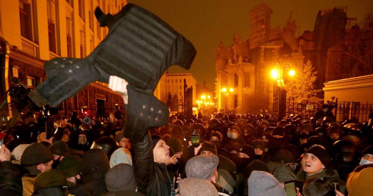 Схватки, задержания и пострадавшие: как прошел митинг в поддержку Стерненко у Офиса президента