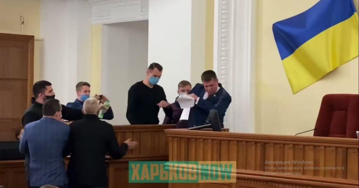 Облили водою і виштовхали з-за трибуни: депутата за російську мову ледь не побили у міськраді Харкова