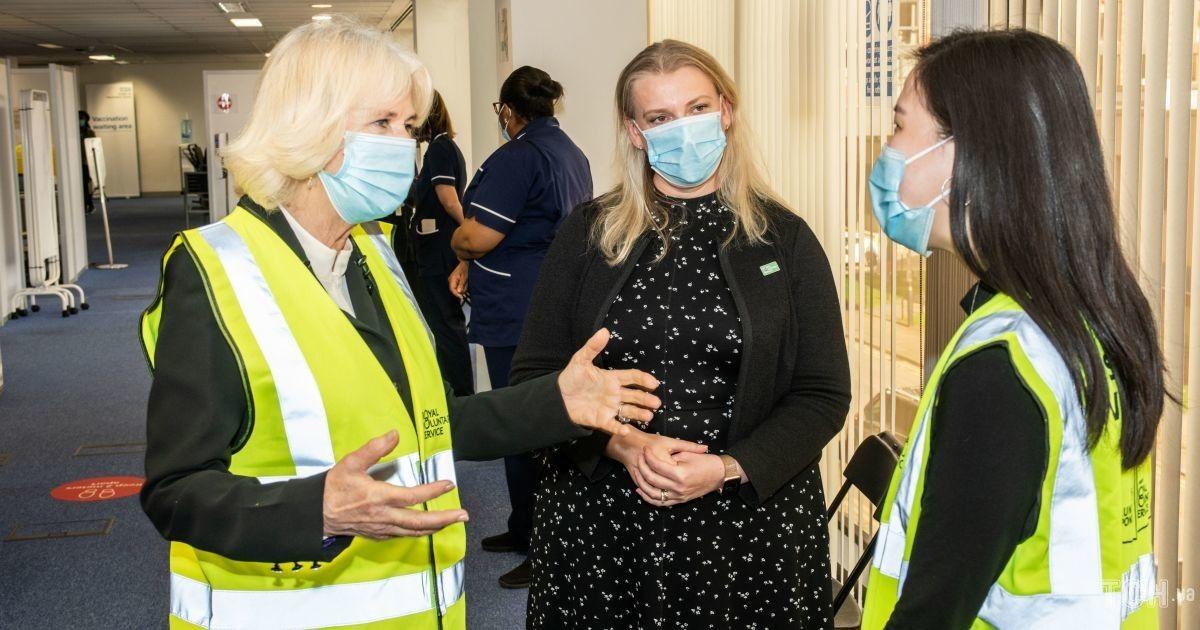 Герцогиня Камілла в скромному аутфіті відвідала центр вакцинації
