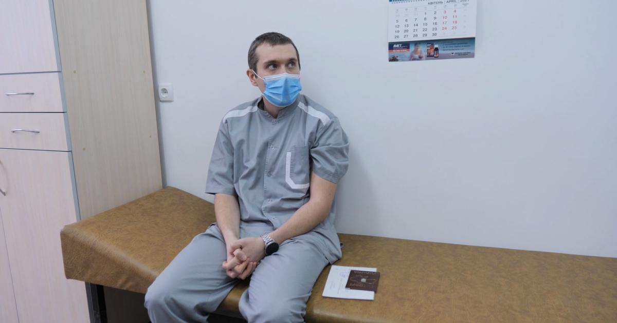 """""""Нічого не відчув"""": перший в Україні вакцинований від коронавірусу лікар розповів про самопочуття"""