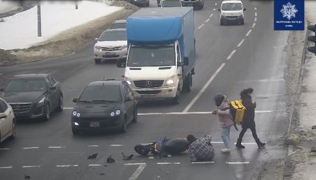 В Киеве водитель на Peugeot сбил курьеров на мопеде: видео