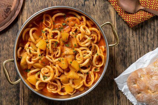 Вечеря по-італійськи: тушкована картопля з кальмарами