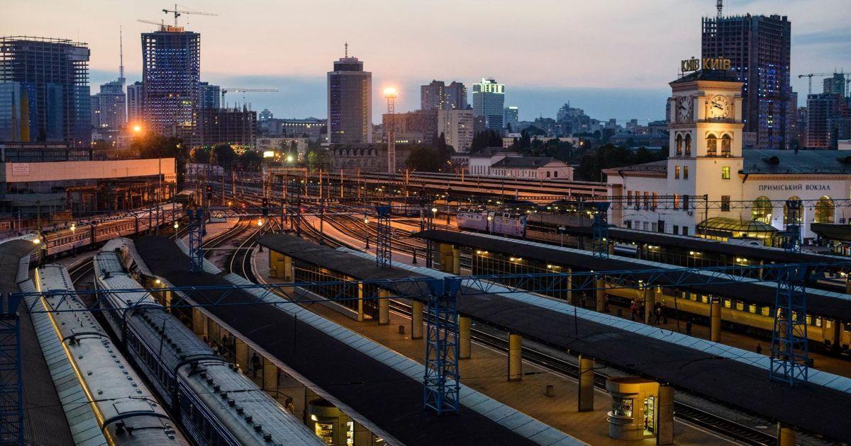 У Києві на вокзалі чоловік потрапив під поїзд: йому відрізало ноги