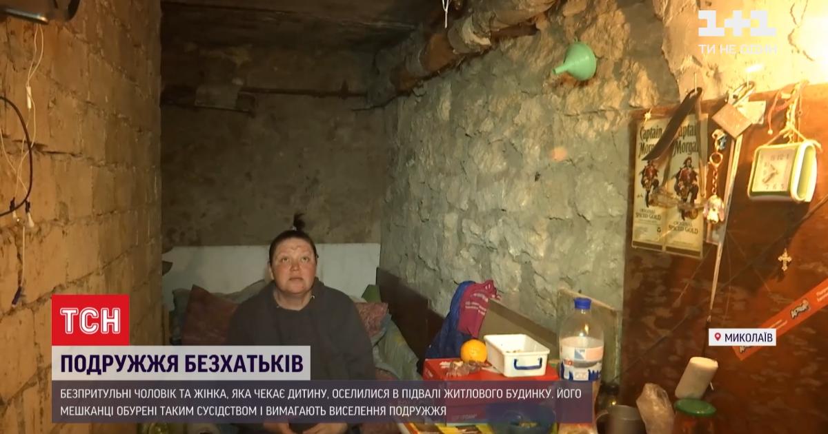 Ждали седьмого ребенка: в Николаеве пару бездомных выгнали из подвала и установили металлические двери (фото)