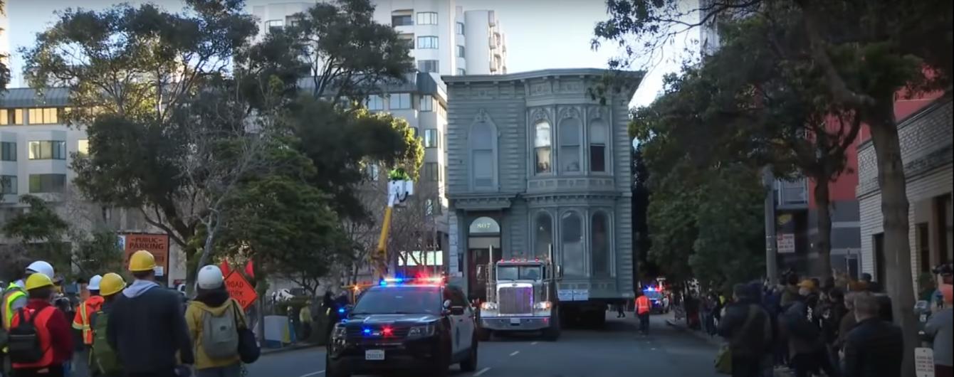 В Сан-Франциско тягач перевозил по улицам двухэтажный особняк: видео