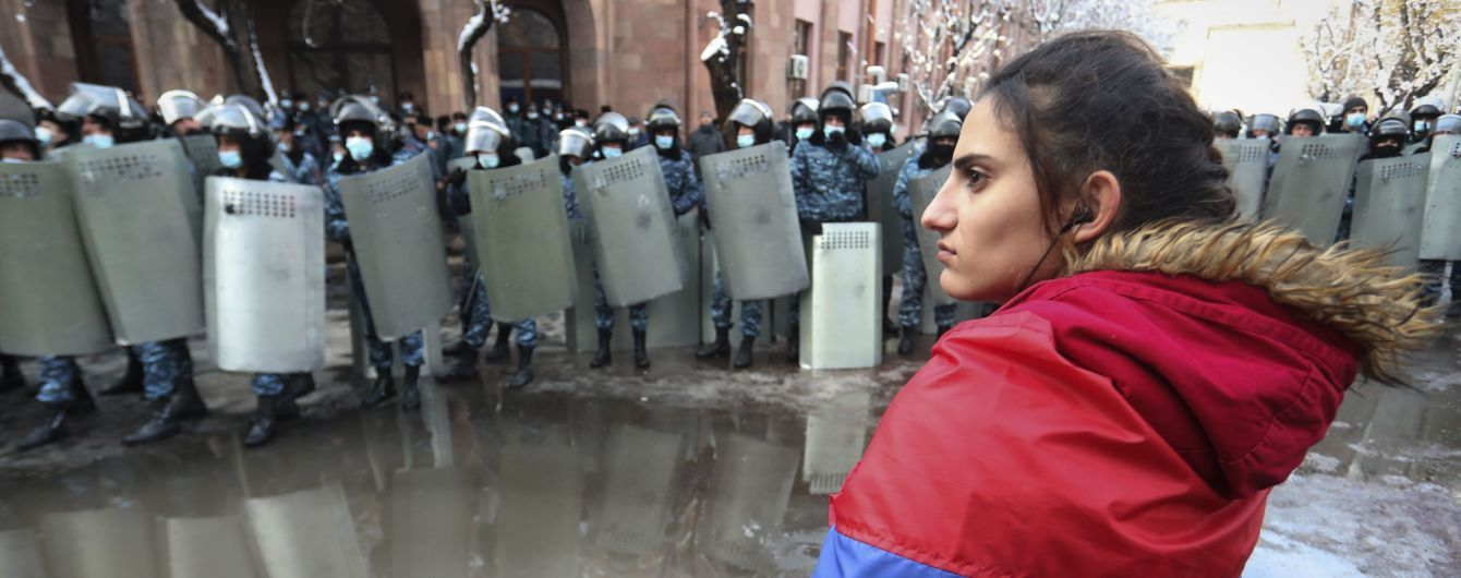 Масові протести в Єревані: одні вимагають відставки Пашиняна, інші — вийшли на його підтримку