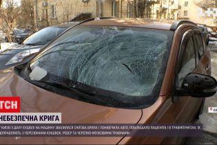 Новости Украины: в Киеве кусок льда упал на машину, разбил стекло и изувечил металл