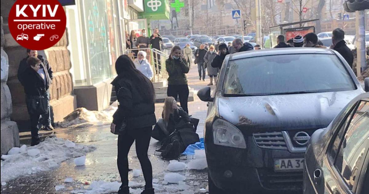 В Киеве на мужчину упала большая глыба льда