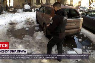 Новости Украины: в столице глыба льда, которая упала с крыши, повредила автомобиль